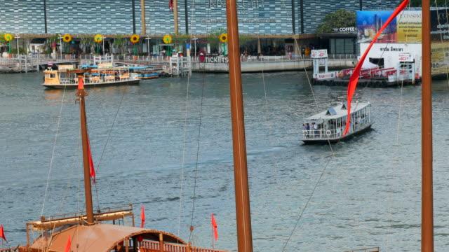 フェリー旅客船チャオプラヤー川 - 船員点の映像素材/bロール