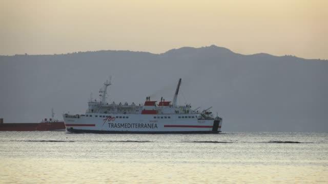 vídeos de stock e filmes b-roll de ferry to menorca leaving alcudia, badia d'alcudia, majorca, balearic islands, spain, mediterranean, europe - navio pesqueiro