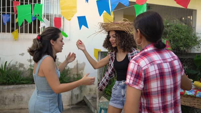 vídeos de stock e filmes b-roll de festa junina in the backyard - dança quadrada