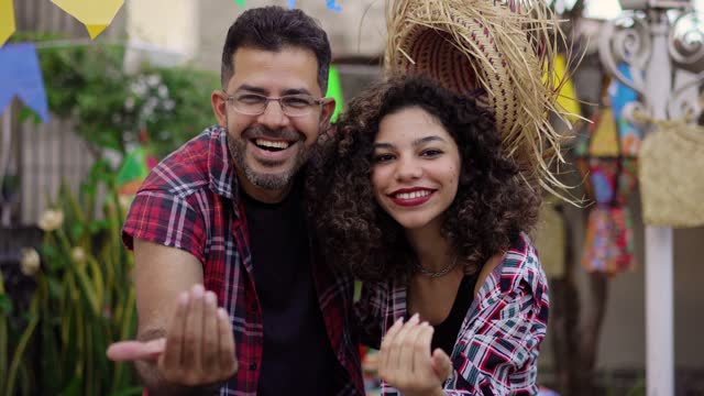 vídeos de stock e filmes b-roll de festa junina, people calling with their hands - dança quadrada