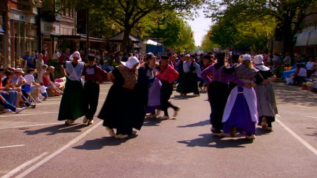 vidéos et rushes de festival dancers in dutch costumes, slow motion, tilt down - culture néerlandaise