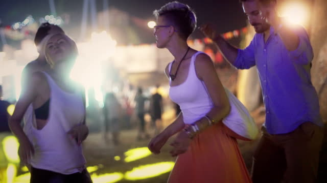 vídeos y material grabado en eventos de stock de amigos y energía festival - barco faro