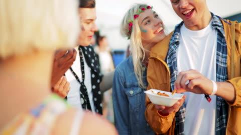 vidéos et rushes de festival alimentaire avec des amis - a la mode