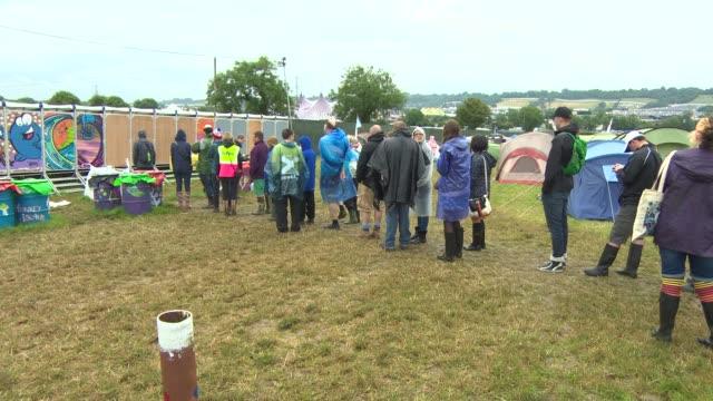 vídeos de stock, filmes e b-roll de broll festival goers queue for toliets at glastonbury festival friday at glastonbury festival site on june 27 2014 in glastonbury england - festivaleiro
