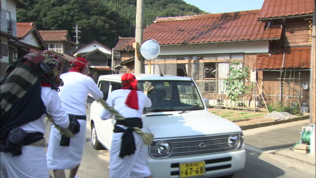 festival performers harass motorists during the gatchi festival in japan. - shimenawa stock videos & royalty-free footage
