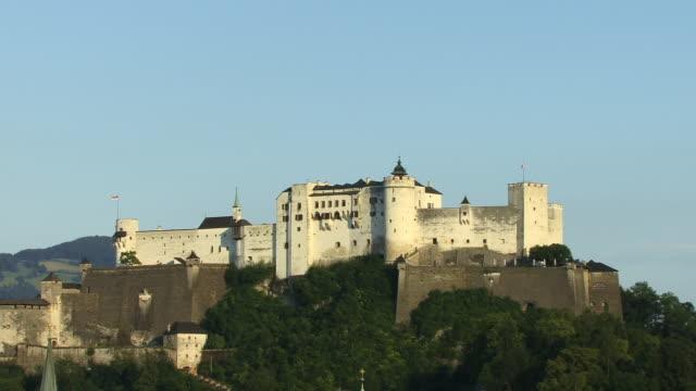 vídeos de stock e filmes b-roll de ws, festung hohensalzburg (salzburg fortress) salzburg, austria - cultura austríaca