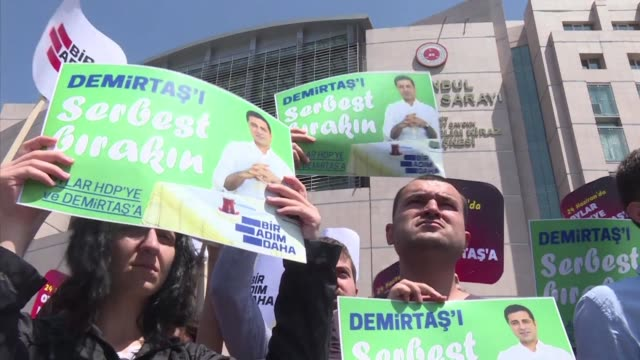 stockvideo's en b-roll-footage met a few dozen protesters gather in front of a court in istanbul to call for the release of jailed former prokurdish party leader selahattin demirtas - istanboel