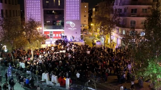 A few hundred of rightwingers and religious folk gathered in Jerusalem's Zion Square for a rally in support of the rule of law and against corruption...