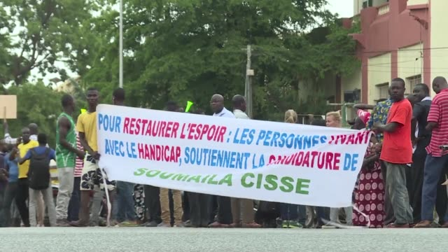 stockvideo's en b-roll-footage met few hundred protesters claiming to be from the civil society marching in mali's capital bamako asking for free and fair elections - assertiviteit