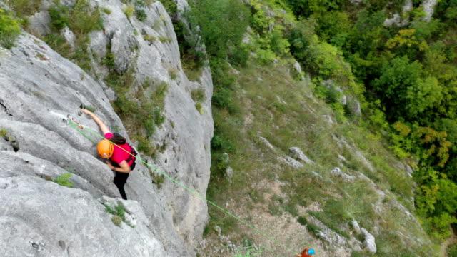 vídeos de stock e filmes b-roll de few more steps and she is at the top of the cliff - rapel