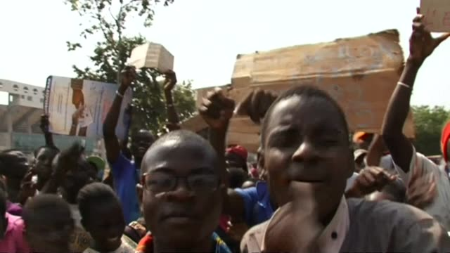 a few thousand students took to the streets of bangui blocking the city center to demand the government respects the right to education in regards to... - fordern stock-videos und b-roll-filmmaterial