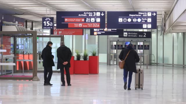 few travelers with their suitcases pass through the hall during the installation of antigenic tests in french airports to detect travelers carrying... - mutazione genetica video stock e b–roll