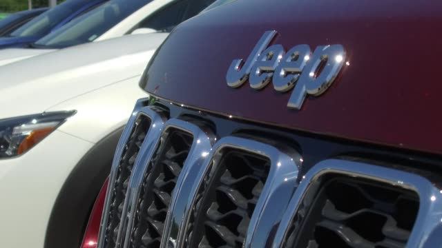 stockvideo's en b-roll-footage met fiat chrysler automobiles nv dealership in moline illinois on saturday july 1 2017 shots panning footage of the front of cars cu of jeep logo cu of... - chrysler