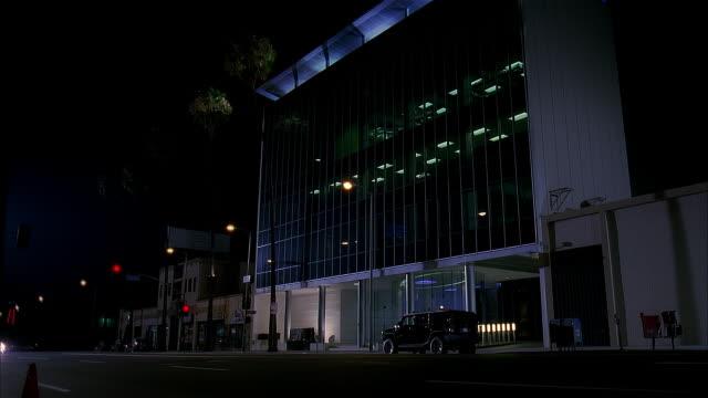 vídeos y material grabado en eventos de stock de ms office building, black hummer parked in front, night - hummer