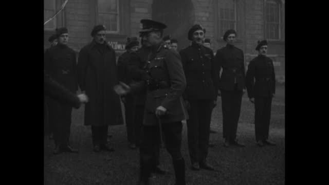 ms officer shakes hands with a group of the auxiliary division of the royal irish constabulary the auxiliaries then remove their tam o' shanters and... - tam bildbanksvideor och videomaterial från bakom kulisserna