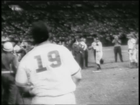 vídeos y material grabado en eventos de stock de fidel castro in baseball uniform catching ball on field / cuba / newsreel - uniforme de béisbol