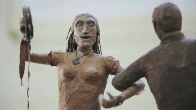 fidel castro jack nicholson o winston churchill todos pasaron por las manos del cubano janio nunez para convertirse en unas esculturas muy especiales... - escultura stock videos & royalty-free footage
