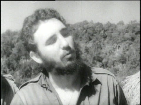 fidel castro points at a map while talking to rebels - anti comunista video stock e b–roll