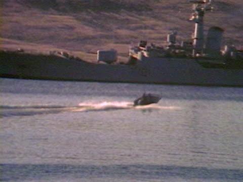 stockvideo's en b-roll-footage met field guns guard british naval ships at san carlos water during the falklands crisis - falklandeilanden
