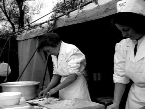 field kitchen prepares food during a civil defence exercise in east anglia. - east anglia stock-videos und b-roll-filmmaterial