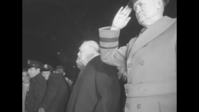 vidéos et rushes de vs field marshal william slim standing and saluting in hangar at washington national airport british prime minister winston churchill is next to him... - aéroport ronald reagan