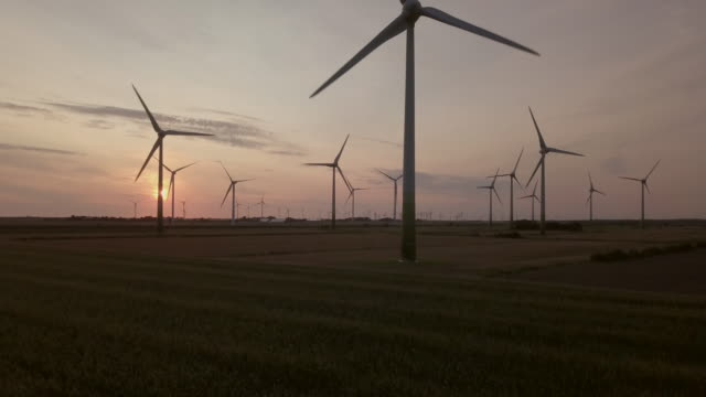 vidéos et rushes de field of wind turbines - éolienne