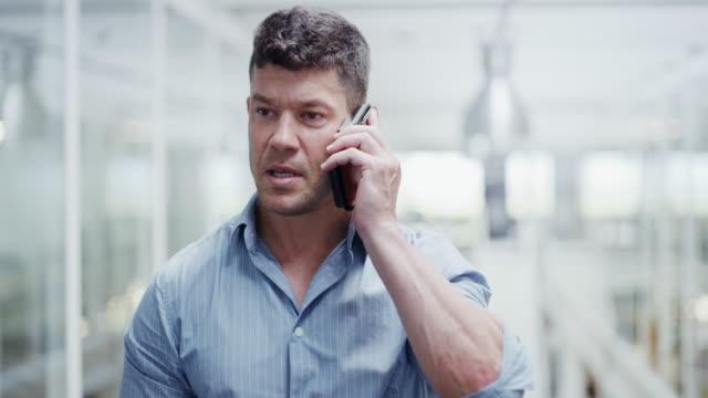 vídeos de stock e filmes b-roll de fielding clients over the phone - só homens maduros