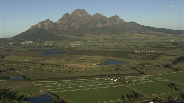 aerial fields and banshoek mountain, franschhoek, western cape, south africa - franschhoek stock videos and b-roll footage