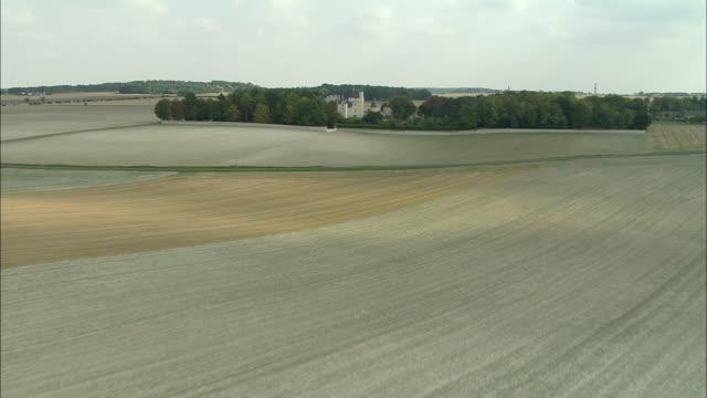 vídeos de stock e filmes b-roll de aerial, fields and chateau du rivau, rivau, touraine, france - estilo do século 16
