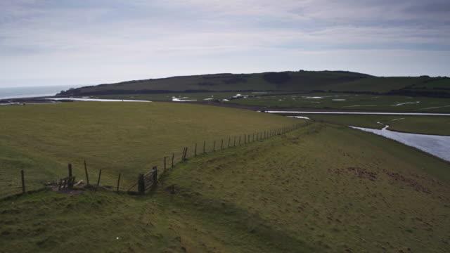 フィールドと東南英語海岸 - ドローン ショットの沼地 - サウスダウンズ点の映像素材/bロール
