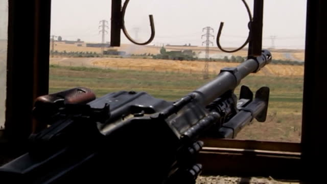 vidéos et rushes de fierce clashes keep going on between kurdish peshmerga forces and islamic state of iraq and the levant members in karakus district of mosul iraq on... - irak