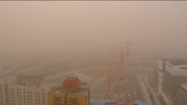 vídeos y material grabado en eventos de stock de fierce sandstorms hit beijing following strong winds on april 15 2015 the national weather observatory issued a blue alert for sandstorms on... - vendaval de polvo