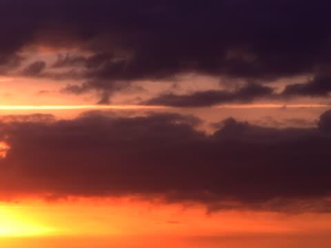vídeos de stock e filmes b-roll de ígneo paisagem com nuvens - alto contraste