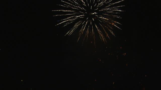 vídeos y material grabado en eventos de stock de fiery rockets entering frame from below and at right and showering sparks - sparks