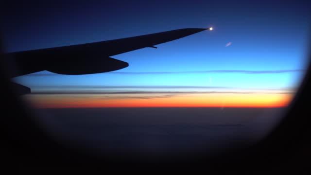 feurigen sonnenuntergang von einem flugzeug - fahrkarte oder eintrittskarte stock-videos und b-roll-filmmaterial