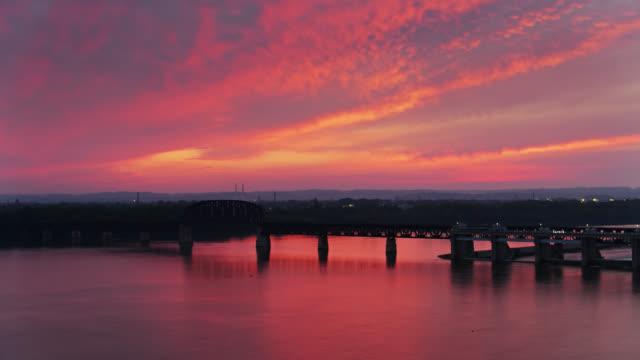 vidéos et rushes de coucher de soleil de feu au-dessus des chutes de l'ohio à louisville, kentucky - projectile de drone - rivière ohio