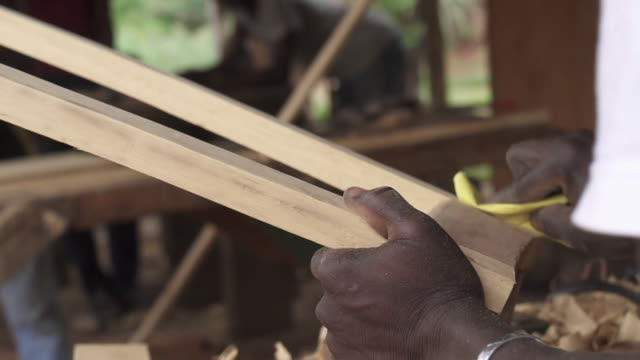 vidéos et rushes de fifteen year old former armed gang member training to be a carpenter in kaga bandoro central african republic - précédent