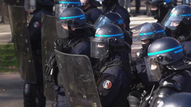 vídeos de stock, filmes e b-roll de fifteenth day of yellow vest mobilization in lyon france on february 23 2019 the demonstration which was not declared quickly turned into a... - vest