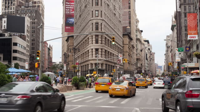 vídeos de stock, filmes e b-roll de fifth avenue with flatiron building - time lapse de trânsito