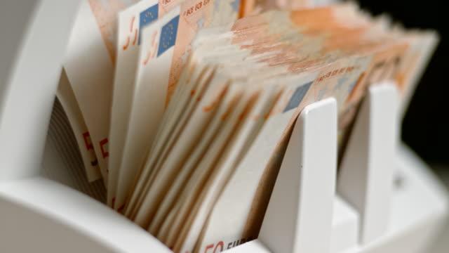 slo mo ld 50 ユーロ紙幣自動通貨カウンターから出てくる - 窓口点の映像素材/bロール