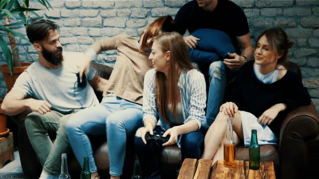 vidéos et rushes de jeu de combattant avec des amis - assis