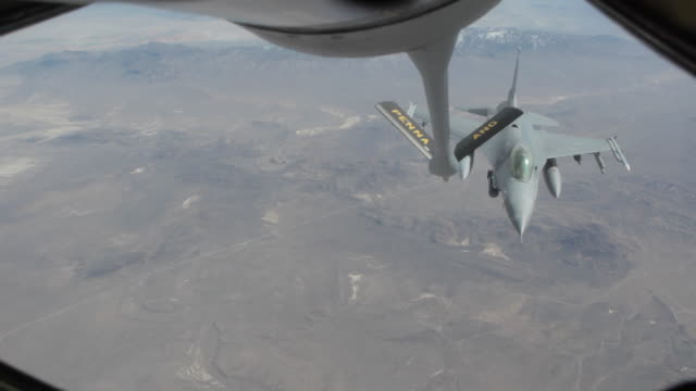 ms f-16 fighter jet approaching and refueling in mid-air, colorado rockies, colorado, usa - tanken stock-videos und b-roll-filmmaterial