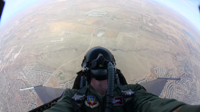 ws f-16 fighter jet cockpit during flight, colorado, usa - luftwaffe stock-videos und b-roll-filmmaterial