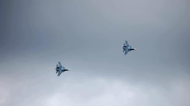 vídeos y material grabado en eventos de stock de formación de cazas jet - avión de caza