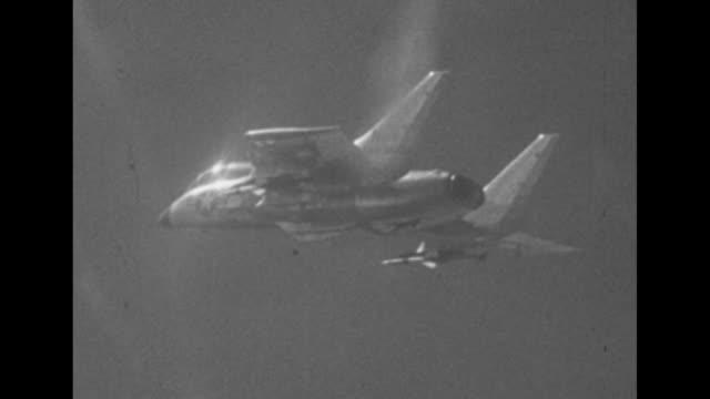vidéos et rushes de fighter jet in sky a missile under wing / interior cockpit pilot's hand on stick presses button / exterior missile fires and takes off from under... - actualités cinématographiques