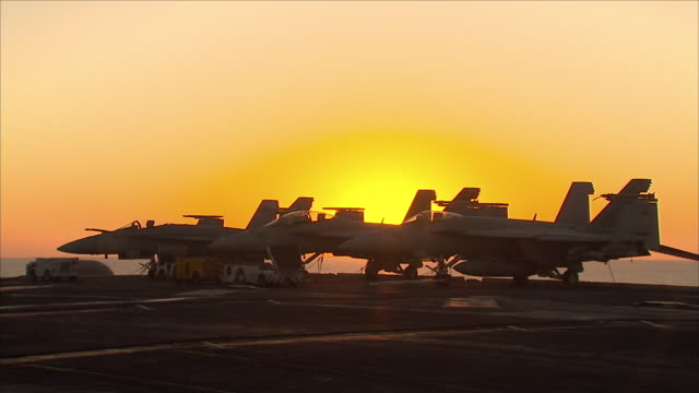 stockvideo's en b-roll-footage met fighter jet on aircraft carrier - amerikaanse zeemacht