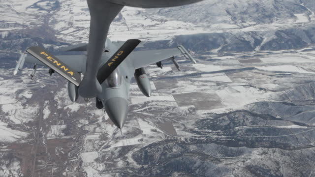 ms f-16 fighter jet refueling in mid-air, colorado rockies, colorado, usa - refuelling stock videos & royalty-free footage