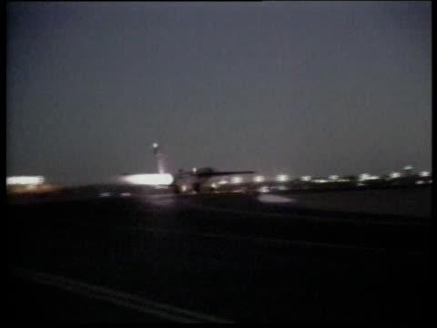fighter jet taking off from airfield / la flame coming out of back of jet during night flight / ls fighter jet taking off / saudi arabia - operation desert storm bildbanksvideor och videomaterial från bakom kulisserna
