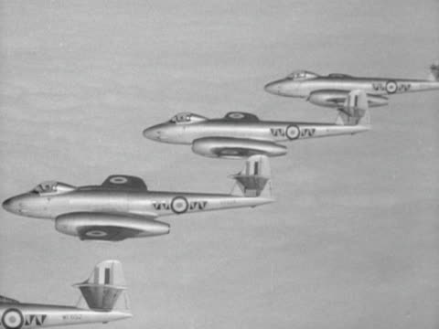 raf fighter jets fly in formation during an exercise to test britain's air defences 1952 - formationsfliegen stock-videos und b-roll-filmmaterial