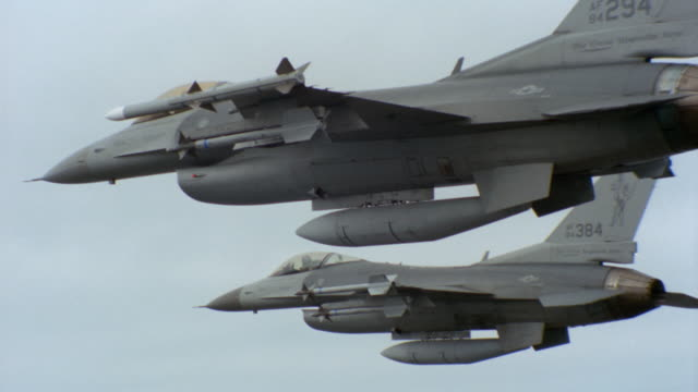 stockvideo's en b-roll-footage met f-16 fighter jets fly through the sky. - raket wapen